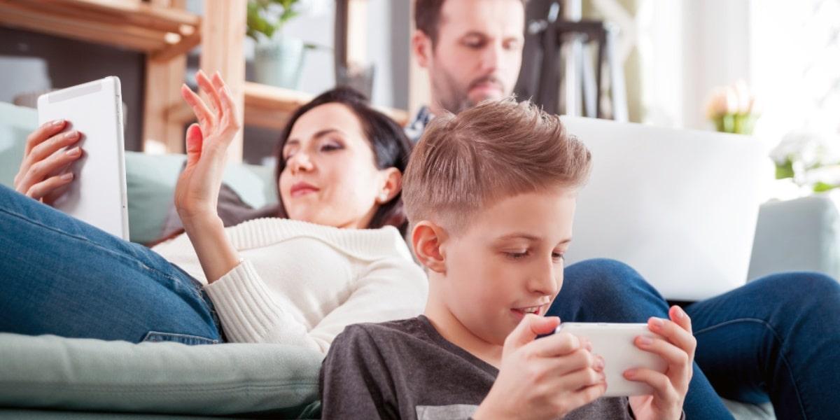 家族で別々に観たい!複数デバイスで同時に視聴できる動画配信サービス(VOD)